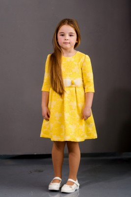 Желтое жаккардовое платье с бантом