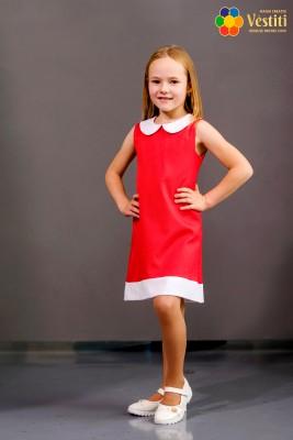 Sarafan roșu cu guleraș alb