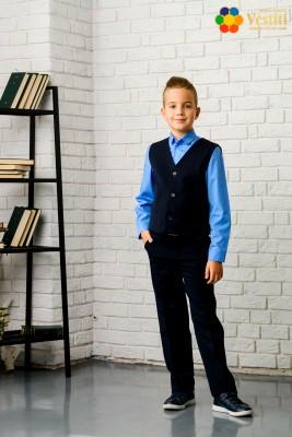 Set pentru școală din trei piese  (pantaloni albaștri, cămașă albastră deschisă și vestă albastră închis)
