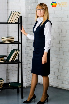 Uniformă pentru profesori (Fustă, dreaptă, albastru întunecat + Cămașă albă, cu broderie la mânecă și guler + Vestă albastru închis)
